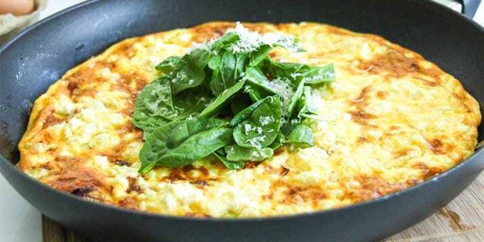 Tortilla baja en carbohidratos con tocino y puerro feat